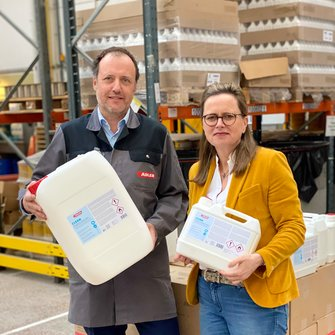 A valuable contribution in the fight against the corona pandemic: Claudia Berghofer and Romed Staggl with the new disinfectant ADLER Clean Disinfectant for hands and surfaces. | © ADLER