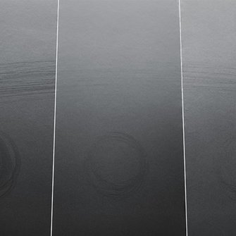 The comparison shows: the surface of Bluefin Pigmosoft (centre) shines much less when exposed to stress than comparable furniture varnishes (left and right).  | © ADLER